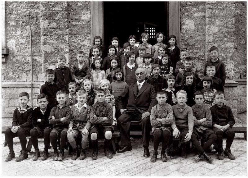 Ludwig Langstädter ca. 1930 mit einer Klasse (Jahrgang 1921) vor dem Eingang der heutigen Präsident-Mohr-Schule Quelle Archiv Weiland